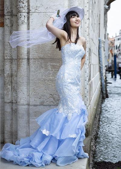 シースルーのロングスリーブが華やかなミディ丈の二次会用ドレス