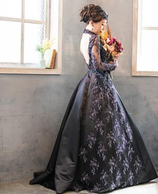 フランス製の繊細なブラックレースを使用した大人のロングスリーブドレス