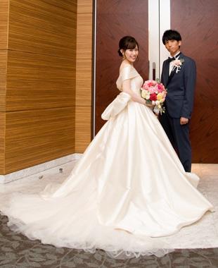 大きなリボンが印象的でシルクの光沢が素敵なクラシカルウェディングドレス