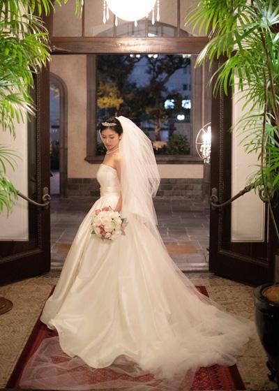 最高級なミカドシルクと繊細で柔らかいイタリアンチュールを組み合わせたドレス