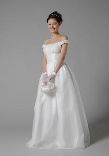 今までにサンプルにしたもの、モデルさんが着用し雑誌撮影で使用したものなど、新品同様のドレスが多数ございます。